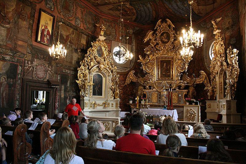 Proboszcz parafii w Gąsawie, ks. Piotr Gogolewski opowiada o wnętrzu świątyni, fot. Paweł Wroński