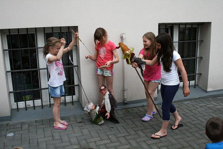 Warsztaty teatralne na dziedzińcu Szkolnego Schroniska Młodzieżowego, Łódź, fot. Paweł Wroński