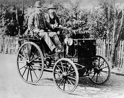 Zdjęcie z zasobów Wikipedii. Panhard-Levassor, probably type P2D. Èmile Levassor (left) driving. From 1890-1895.