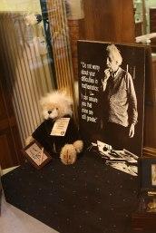 """Einstein na wystawie sklepowej w Bernie (""""nie martw się trudnościami z matematyką, mogę cię zapewnić, że moje są wciąż większe""""), fot. Paweł Wroński"""