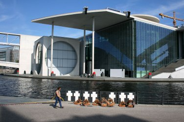 Krzyże na cześć zabitych podczas prób przejścia przez mur berliński, fot. Paweł Wroński