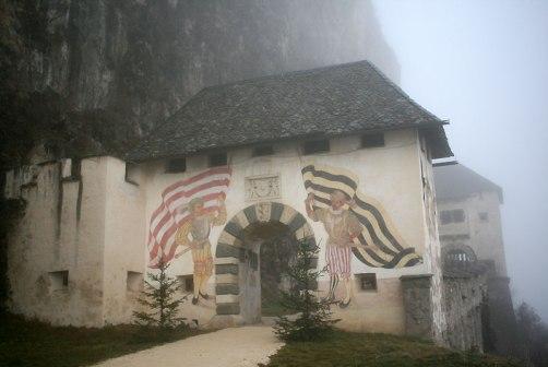 Bramy Hochosterwitz, fot. Paweł Wroński. Brama 1 - Fähnrich. Postacie w strojach z XVI wieku. Z lewej strony z flagą w czerwono-białych barwach, nawiązująca do symboli państwowych, z prawej w żółto-czarnych barwach rodziny Khevenhüller.