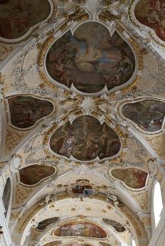 Barokowe stiuki i polichromie na stropie bazyliki, fot. Paweł Wroński