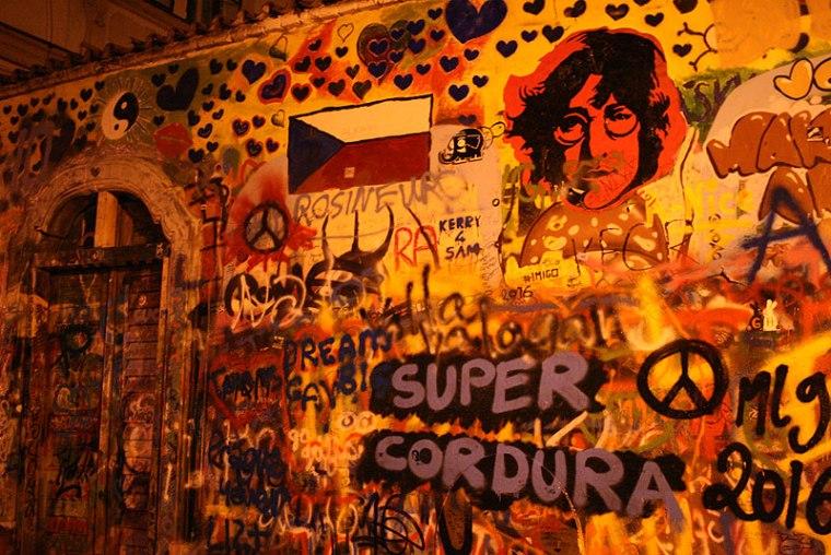 Ściana Johna Lennona w zaułku na Malej Stranie, fot. Paweł Wroński