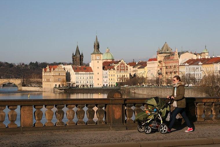 A tak jest na Moście Legii, sąsiadującym z Mostem Karola od południa. Notabene, w Pradze nad Wełtawą przerzuconych jest 18 mostów, większość powstaław XIX wieku; fot. Paweł Wroński