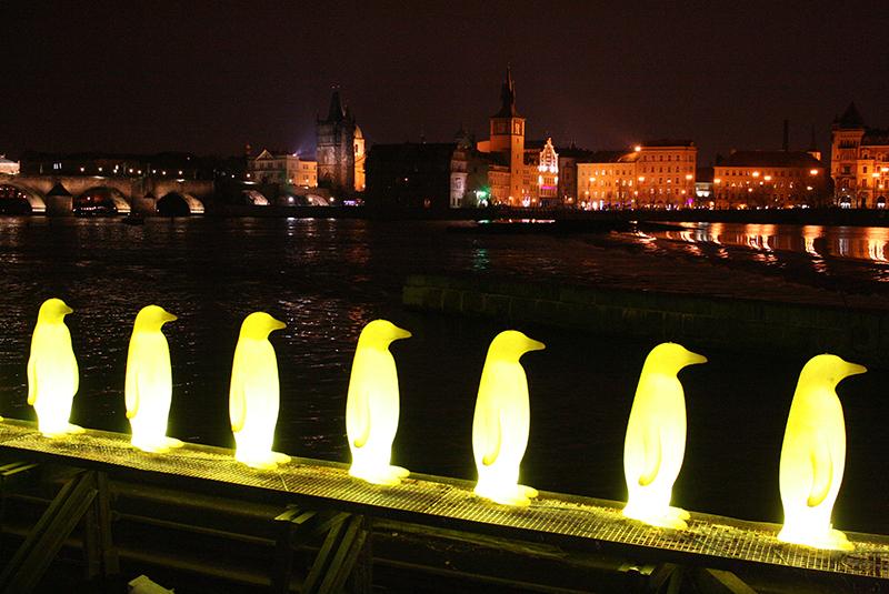 Wieczorem na Kampie najjaśniej świecą pingwiny wędrujące szeregiem w kierunku budynku zajmowanego przez Muzeum Kampy; Praga wydaje się stąd odległa - po prostu inny świat, fot Paweł