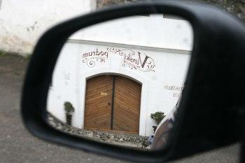 Vinski Podrum - w lusterku naszego smarta ForFour widać wejście do zabytkowych piwnic należących do winiarni Belje (Chorwacja, Baranja), fot. Paweł Wroński