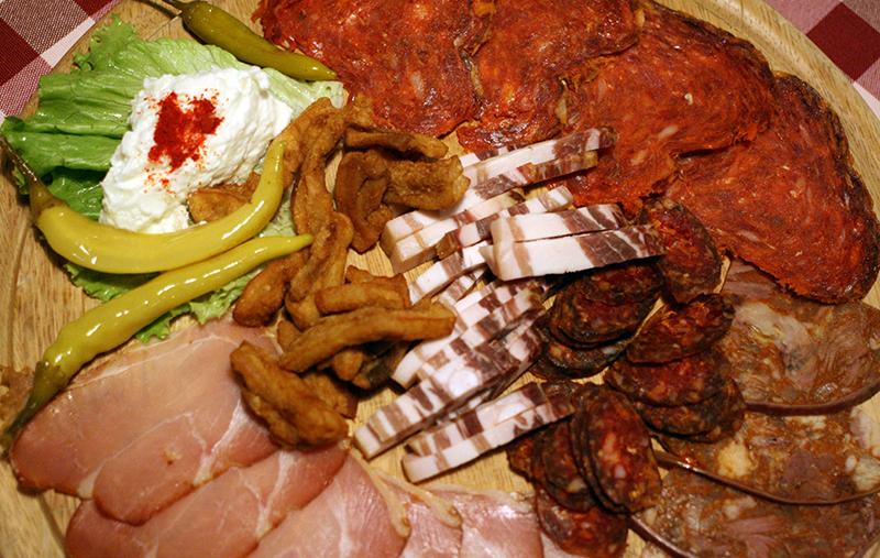 Sławońskie przysmaki podane na desce w restauracji Josića w Zmajevacu koło Osijeku, fot. Paweł Wroński