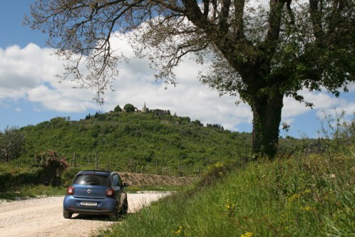 Kamienistą drogą do widocznego na wzgórzu miasteczka Grožnjan, fot. Paweł Wroński