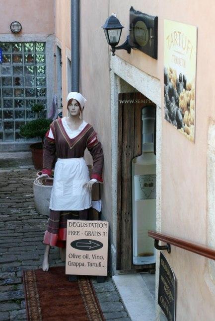 Motovun. Zaproszenie do sklepiku z lokalnymi specjałami, fot. Paweł Wroński
