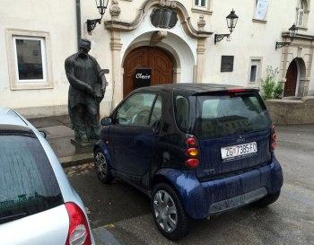 Zaułek starówki w Zagrzebiu. Smart ForTwo - mniejszy kuzyn naszego smarta ForFour, fot. Paweł Wroński