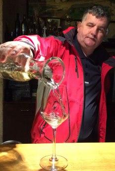 Žlahtina. Marinko Vladić, enolog z zakładów PZ Vrbnik nalewa wino z białego szczepu uprawianego tylko w okolicach miasteczka na wyspie Krk, fot. Paweł Wronski