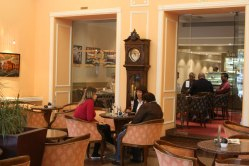 """Kawiarnia w przyziemu hotelu """"Waldinger"""" w Osijeku, fot. Paweł Wroński"""