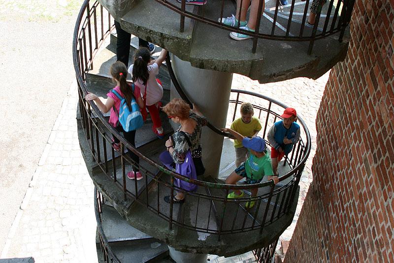 Wejście na Mysią Wieżę w Kruszwicy. Budowla ma niewiele wspólnego z legendarnym Popielem i myszami, które go zjadły, bo powstała za panowania Kazimierza Wielkiego, a więc pryznajmniej 300 lat po wydarzeniach w niej opisanych. Fot. Paweł Wroński