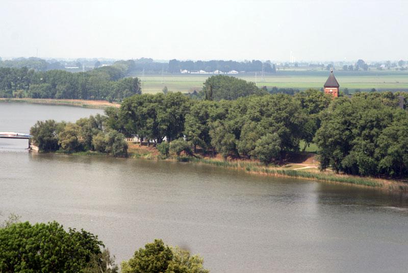 Z Mysiej Wieży widać wieżę kruszwickiej kolegiaty, wzniesionej w XII wieku. Fot. Paweł Wroński