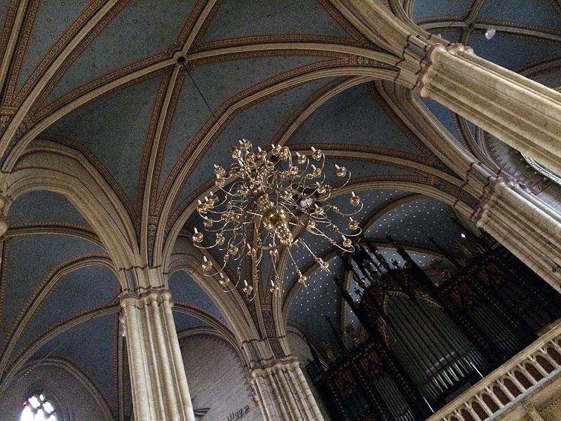 Żyrandole we wnętrzu katedry w Zagrzebiu, fot. Paweł Wroński