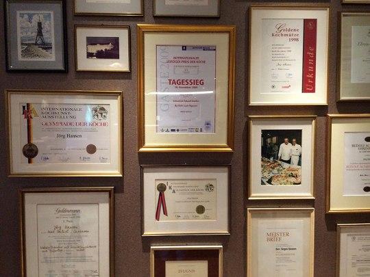 Dyplomy wielokrotnie nagradzanego szefa kuchni, fot. Paweł Wroński