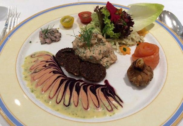 Salat von frischen Nordseekrabben auf kleinen Schwarzbrottalern mit Blattsalaten czyli sałatka ze świeżych krewetek na talarkach z ciemnego chleba z liśćmi świeżej sałaty - 13,50 EUR, fot. Paweł Wroński