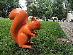 Łazienki Królewskie - kolorowymi wiewiórkami oznakowano strefy koncertowe, fot. Paweł Wroński