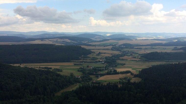 Góry Sowie zamykają od strony północno wschodniej panoramę z Pielgrzyma nad Wambierzycami w Górach Stołowych, fot. Paweł Wroński