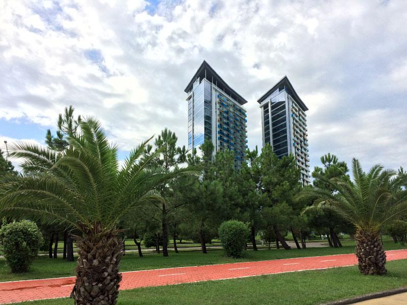 Charakterystyczne wieże Hiltona widziane z alejek Parku Cudów, fot. Paweł Wroński
