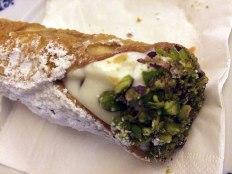 Najpopularniejszy sycylijski deser. Wypełnienie cannolo stanowi ricotta z czekoladą i pistacjową kruszonką, fot. Paweł Wroński