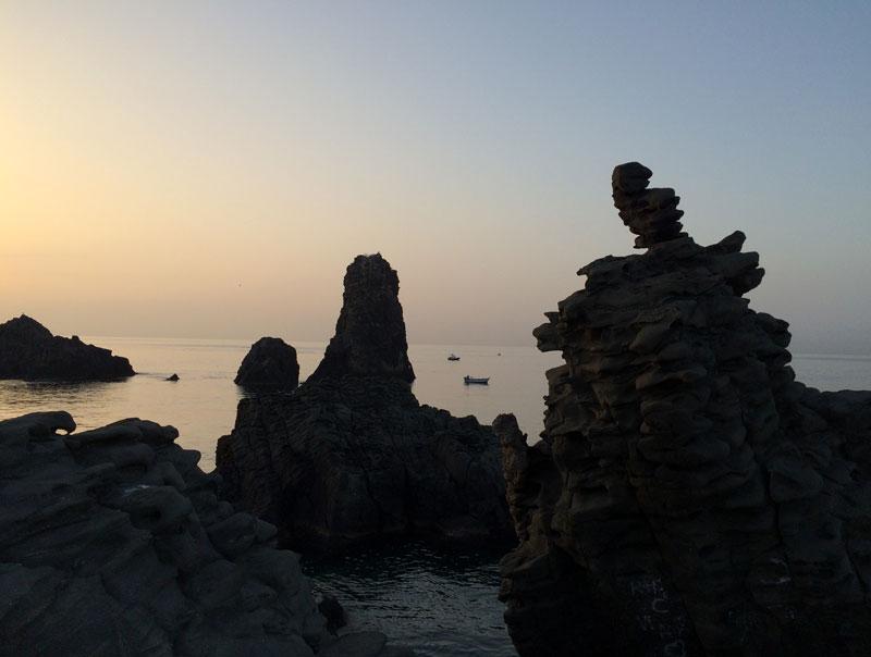 Faraglioni to miejscowa nazwa skał na wybrzeżu w Aci Trezza, tworzących słynną La Riviera dei Ciclopi. fot. Paweł Wroński