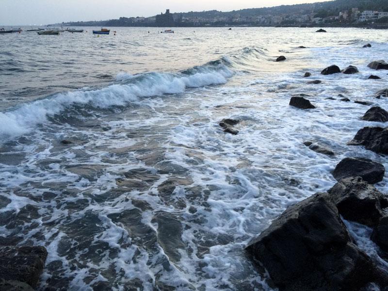 Bywa, że na koniec dnia, morze się niecierpliwi i uderza z większą furią w rozrzucone po wybrzeżu bazaltowe głazy, fot. Paweł Wroński