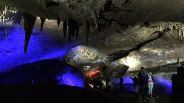 Jaskinia Prometeusza oświetlona jest barwnym światłem, a zwiedzaniu towarzyszy muzyka, fot. Paweł Wroński