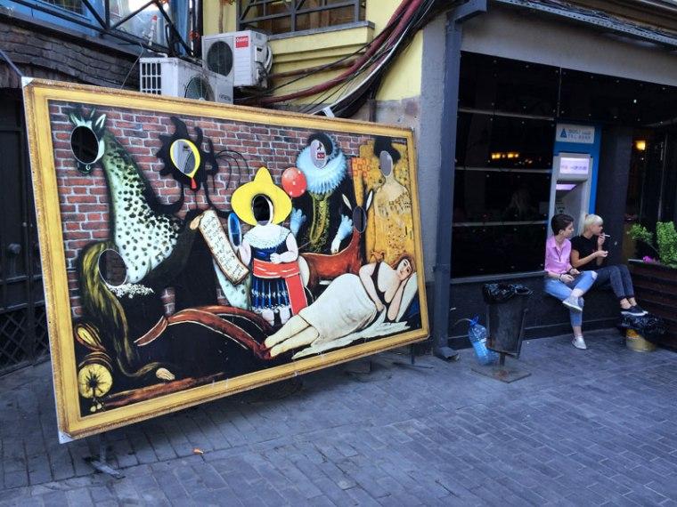Tbilisi. Stare Miasto. Kopia obrazu Pirosmaniego tłem pamiątkowych fotografii, fot. Paweł Wroński