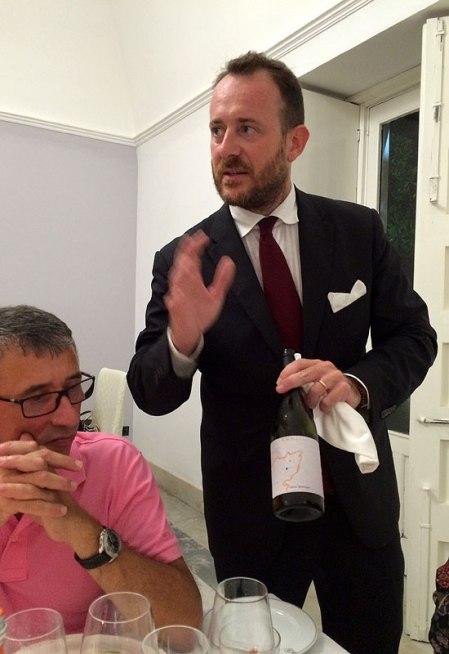 W restauracji prowadzonej przez Seby Sorbello, kelner prezentuje Kaos 2015, fot. Paweł Wroński