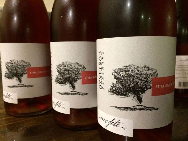 Różowe wino Mofeta z Cantina Santo Spirito z okolic Mesyny. Winiarnia ceniona jest za wyrafinowaną produkcję i przywiązanie do lokalnej tradycji. Fot. Paweł Wroński