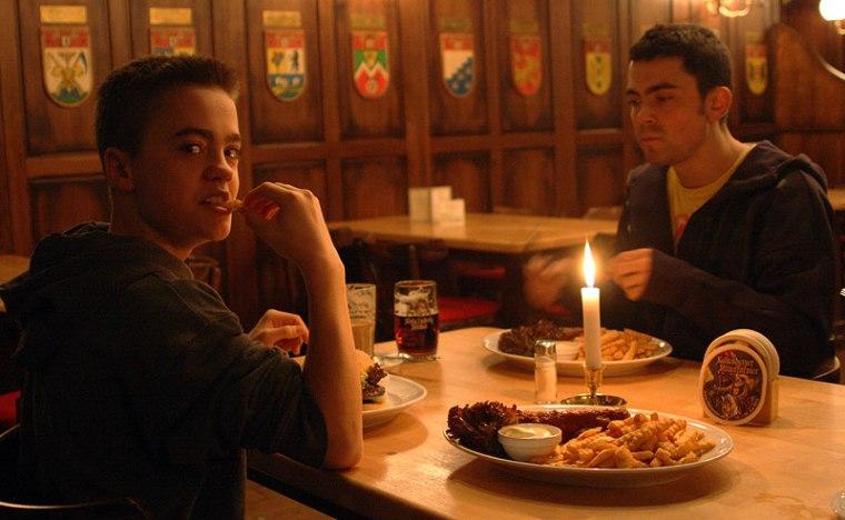 """Currywurst mit Pommes, czyli z frytkami) z kultowej berlińskiej """"Restauration 1840"""", fot. Paweł Wroński"""