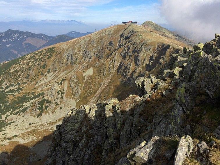 Widok na Chopok z głównego wierzchołka grupy Dereše, w oddali Tatry, fot. Paweł Wroński