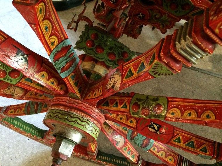 Koła sycylijskiej bryczki są także pięknie zdobione, choć ich funkcja jest czysto użytkowa, fot. Paweł Wroński