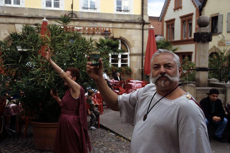 """""""Rzymskie"""" wino z Umgstein pije się podczas Wurstmarktu w Bad Durkheim, rok po butelkowaniu, fot. Paweł Wroński"""