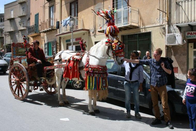 Caretto z Racalmuto krąży całymi dniami po ulicach miasteczka, przyciągając uwagę dzieci i przybyszów, fot. Paweł Wroński