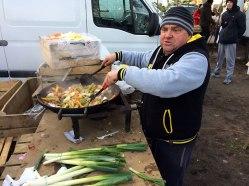 Pan Stanisław grilluje, i deklaruje, że jak męża nie ma, to kuchnię obsłuży - o ile dobrze słyszałem - każdej żonie, fot. Paweł Wroński