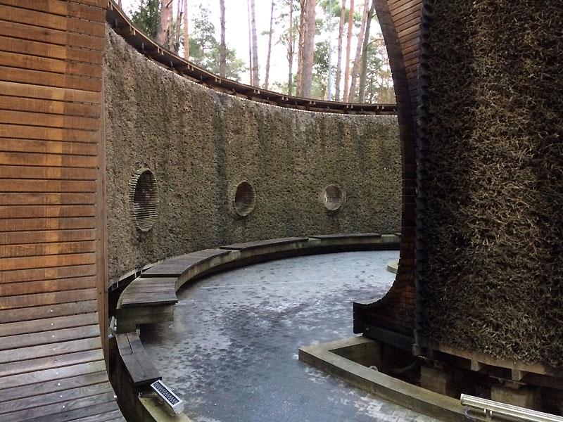 Wśród otaczających sanatorium sosen zbudowano niewielką tężnię. Jest otwarta dla szerokiej publiczności. Fot. Paweł Wroński