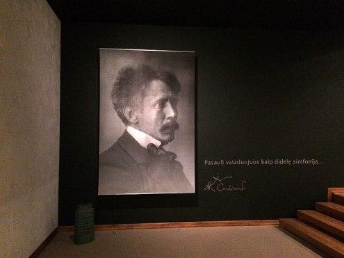 Reprodukcja fotograficznego portretu Mikalojusa Konstantinasa Čiurlionisa przy wejściu do galerii jego obrazów, fot. Paweł Wroński