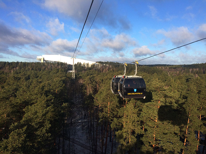 Wagonik zbliża się do górującej nad lasem instalacji. To fragment 600-metrowej narciarskiej trasy zjazdowej, która znajduje się poza halą, na specjalnej konstrukcji. Fot. Paweł Wroński