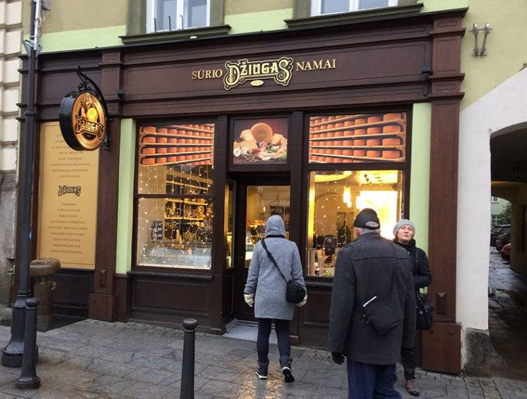Witryna jednego z wileńskich sklepów firmowych żmudzkich zakładów mleczarskich z Telszy, fot. Paweł Wroński