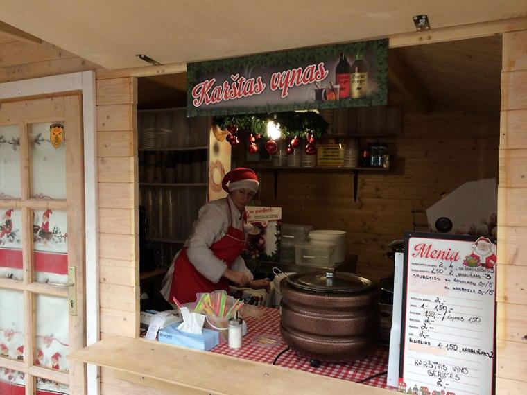 Stragan ze ulicznymi potrawami z jarmarku świątecznego w Kownie, fot. Paweł Wroński