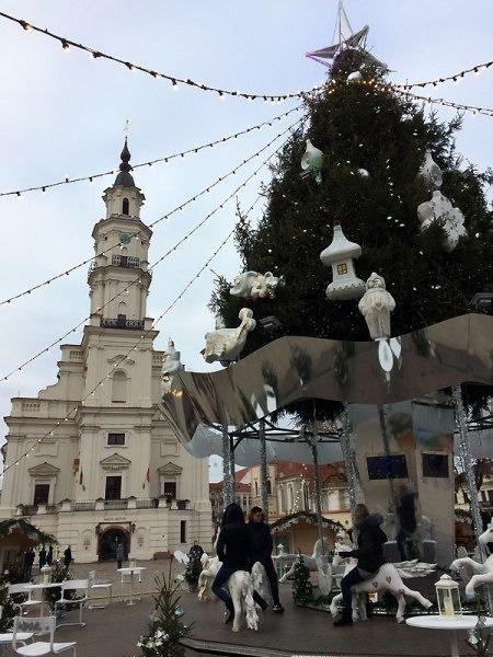 Świąteczne drzewko jest ozdobą Palcu Ratuszowego w Kownie, Otaczają je wkoło stragany. Fot. Paweł Wroński