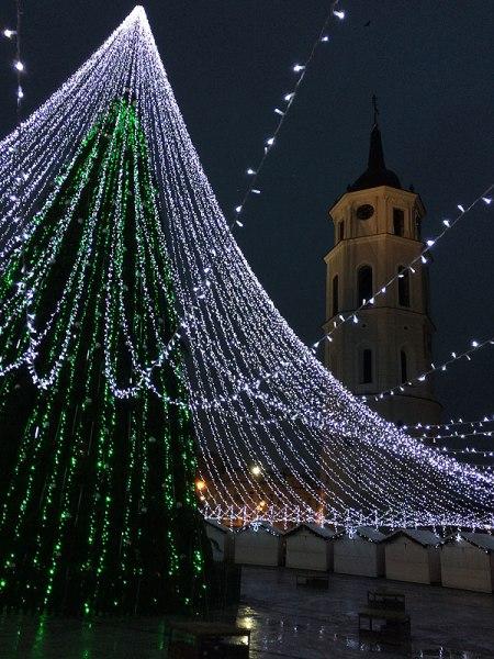 Połączona ze straganami ustawionymi w kręgu świąteczna instalacja z Placu Katedralnego w Wilnie, fot. Paweł Wroński
