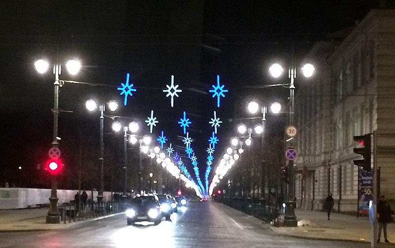 Świąteczne girlandy nad jedną z głównych ulic prowadzących na wileńskie Stare Miasto, fot. Paweł Wroński