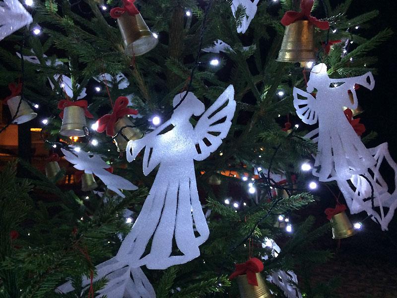 Tradycyjna dekoracja jednego z drzewek świątecznych zdobiących Park Zdrojowy w Druskiennikach, fot. Paweł Wroński