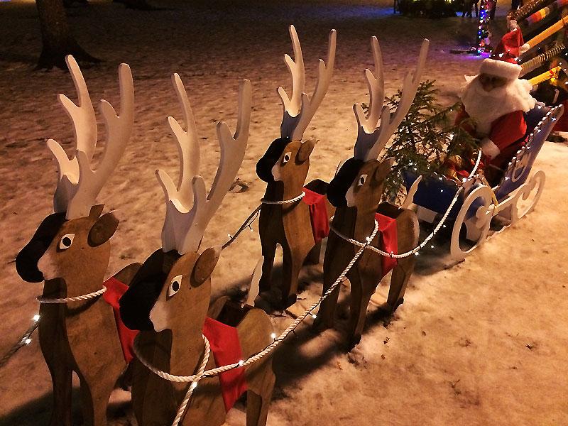 Instalacja ze św. Mikołajem zamiast choinki na plenerowej wystawie świątecznych drzewek w Parku Zdrojowym w Druskiennikach, fot. Paweł Wroński