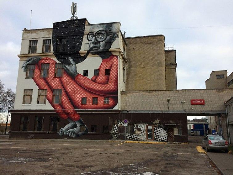 """""""Szewc bez butów chodzi"""" - być może murale nawiązuje do faktu, iż w tym budynku mieściła się niegdyś fabryka obuwia, fot. Paweł Wroński"""