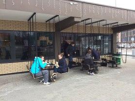 Bar z huśtawkami, w którym nawet zimny dzień nie zraża młodszej klienteli, fot. Paweł Wroński